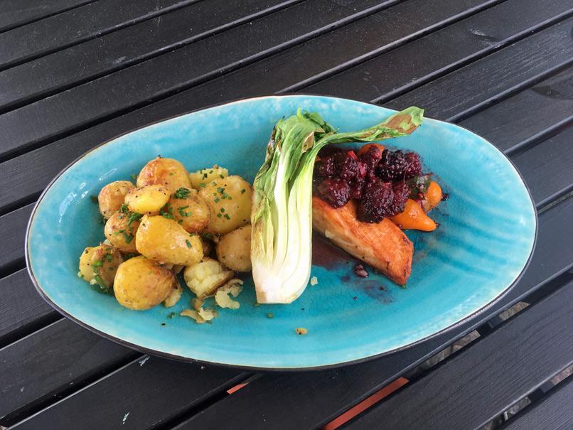 Rosmarinkartoffeln, Himbeeren und frischer Lachs