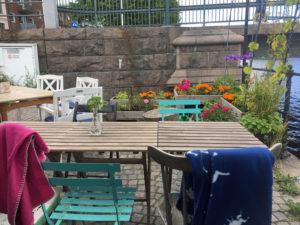Tische und Stühle des Restaurants Tillsammans in Halmstad