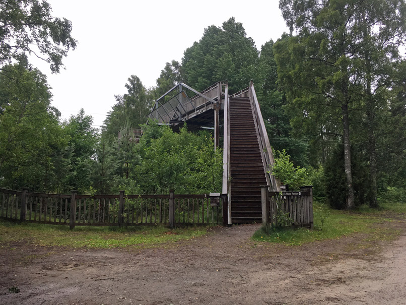 Eine Brücke muss man überqueren, um in das Moorgebiet zu gelangen.